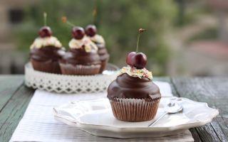 Шоколадные маффины с вишней