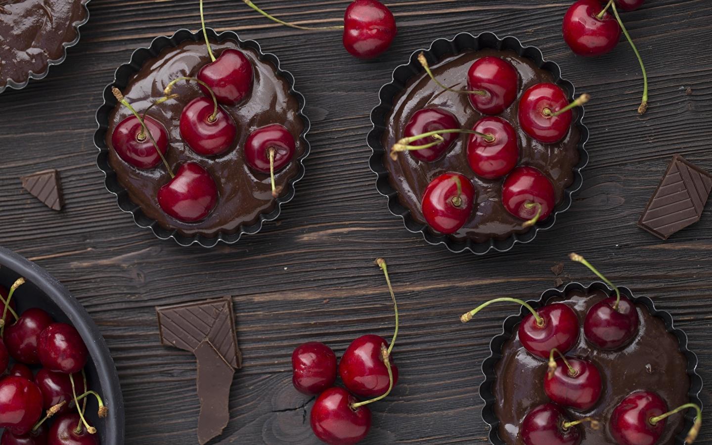 Выложить тесто в формы и украсить ягодами