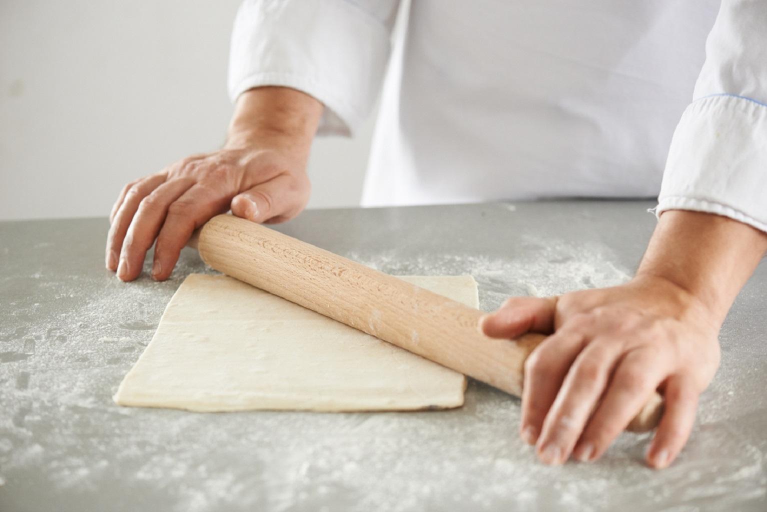 Раскатывать тесто для круассанов
