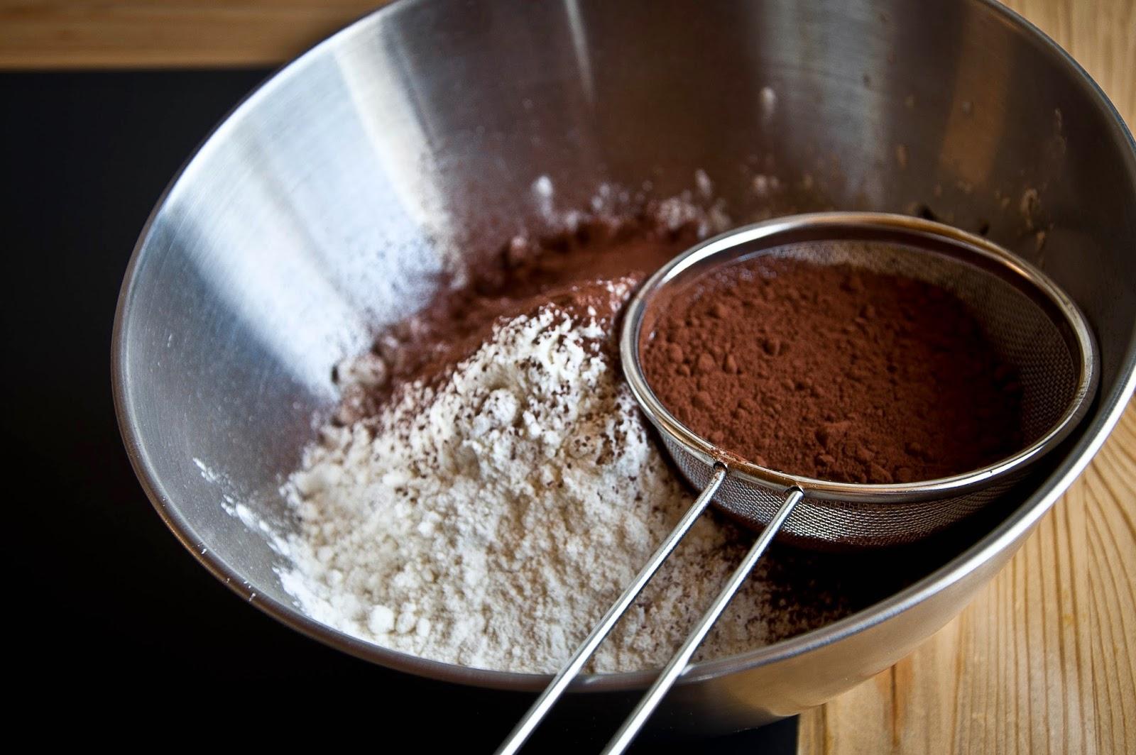 Смешивание ингредиентов для приготовления песочного печенья