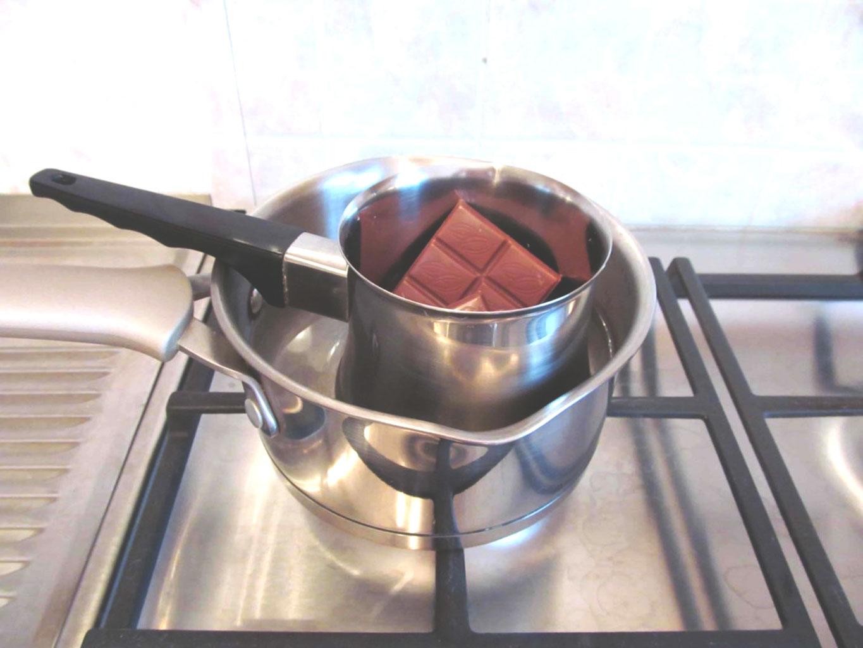 Растопить молочный шоколад на водяной бане для Нутеллы