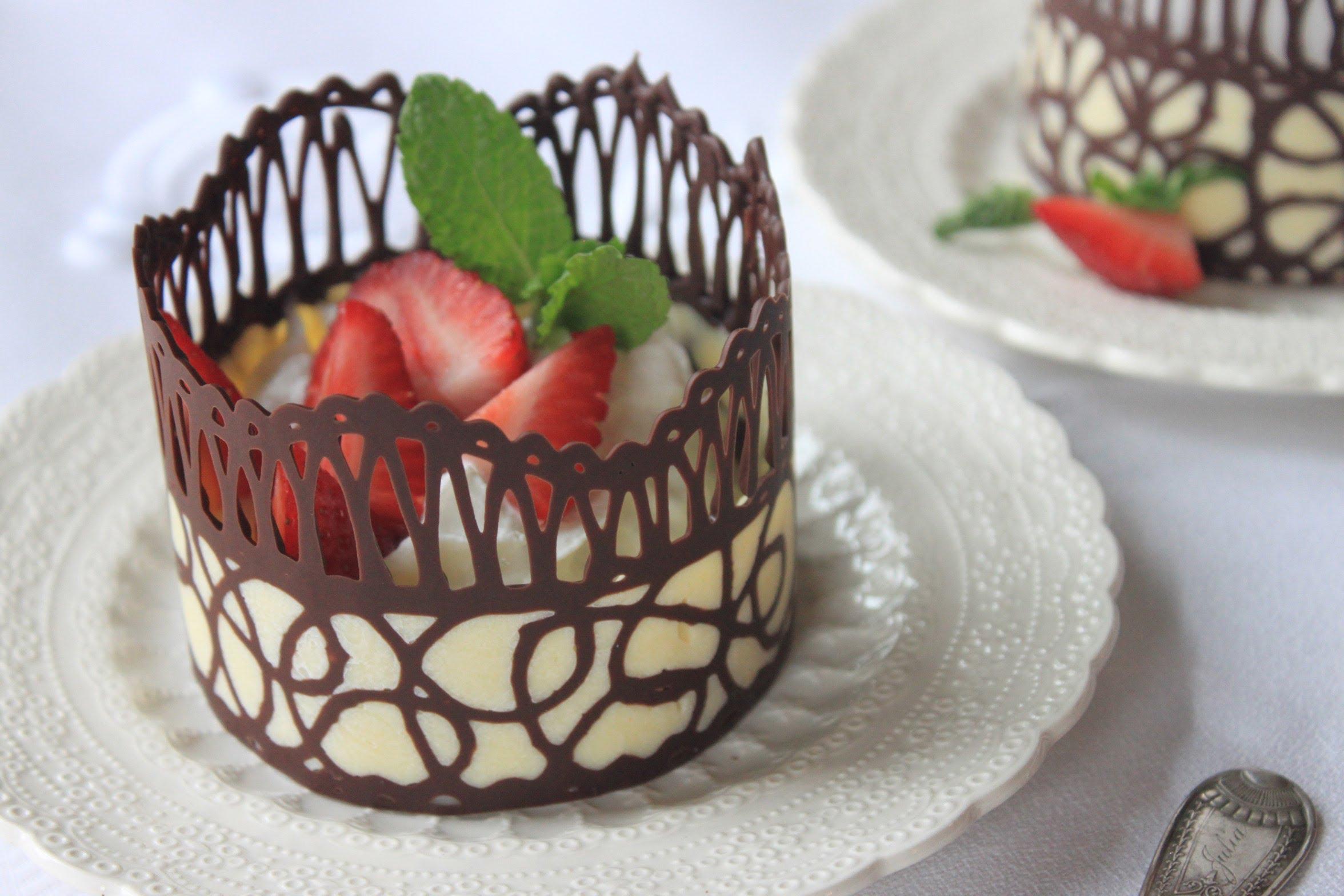 Десерт, украшенный шоколадным кружевом