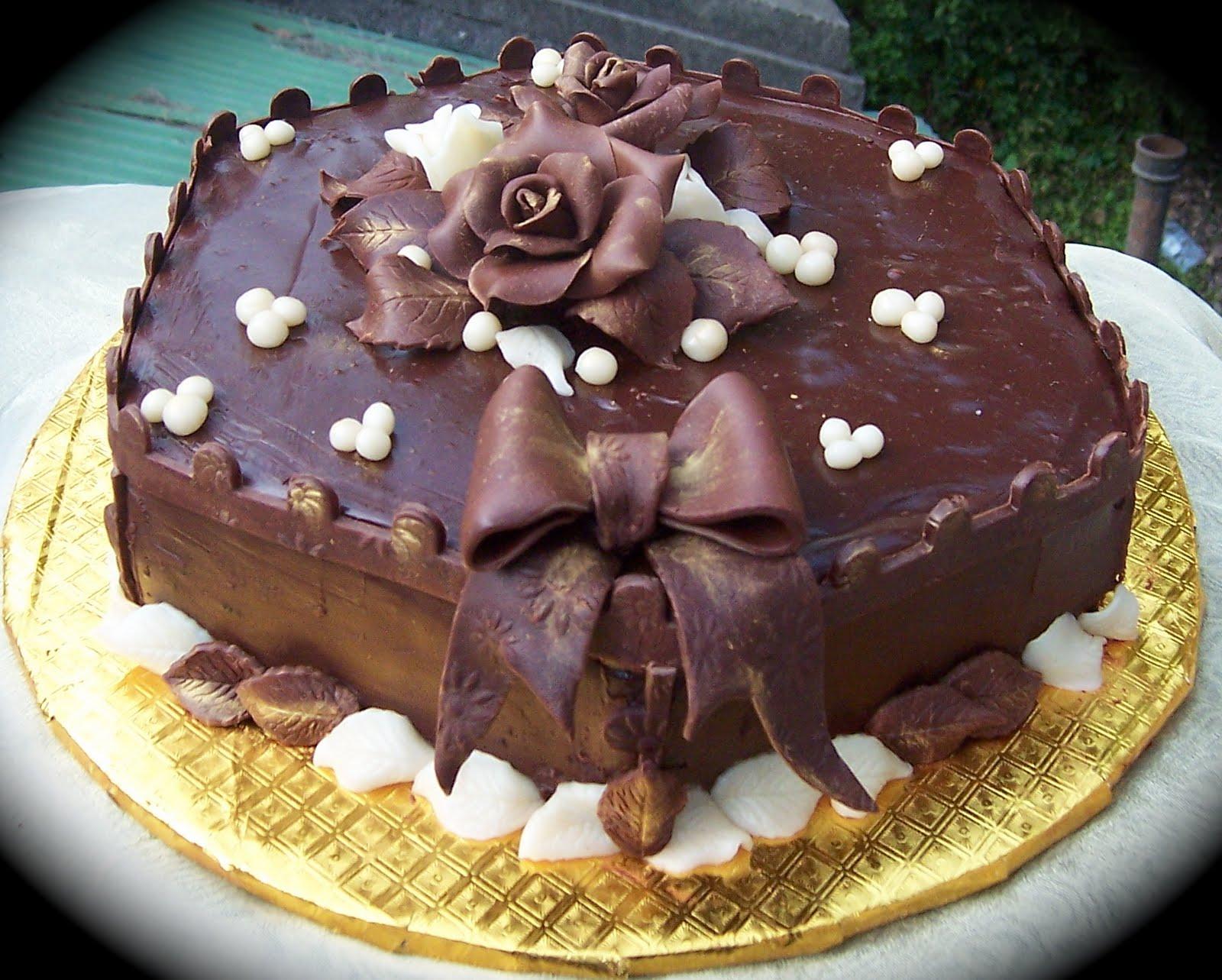 Торт, украшенный шоколадом