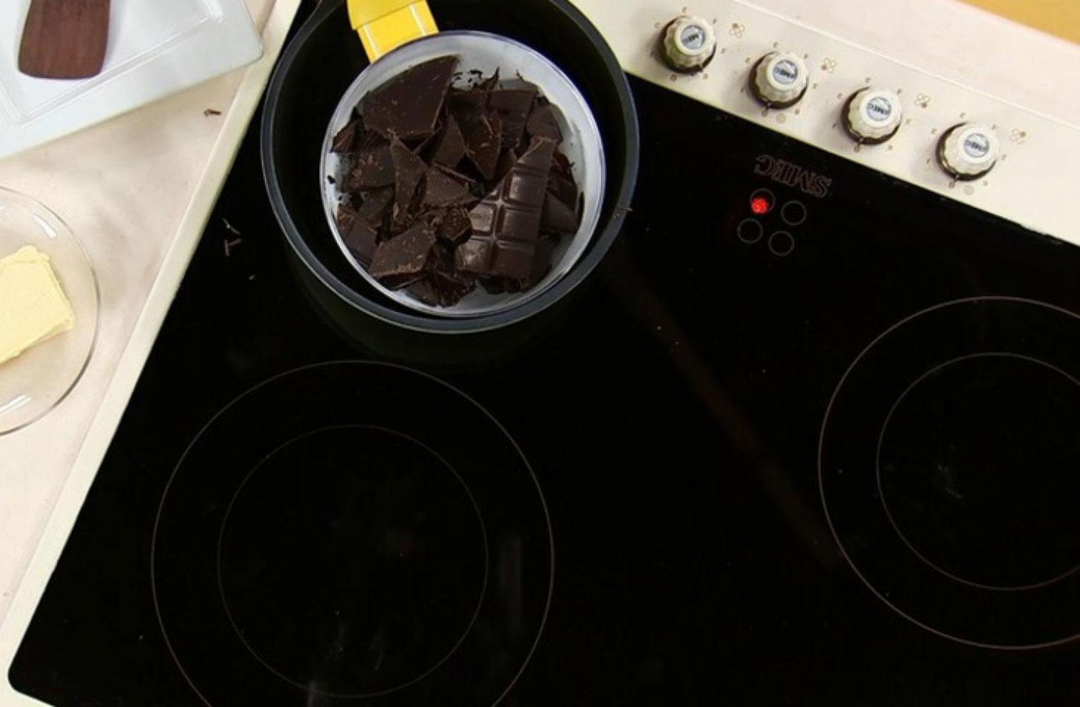 Растопить шоколад на плите