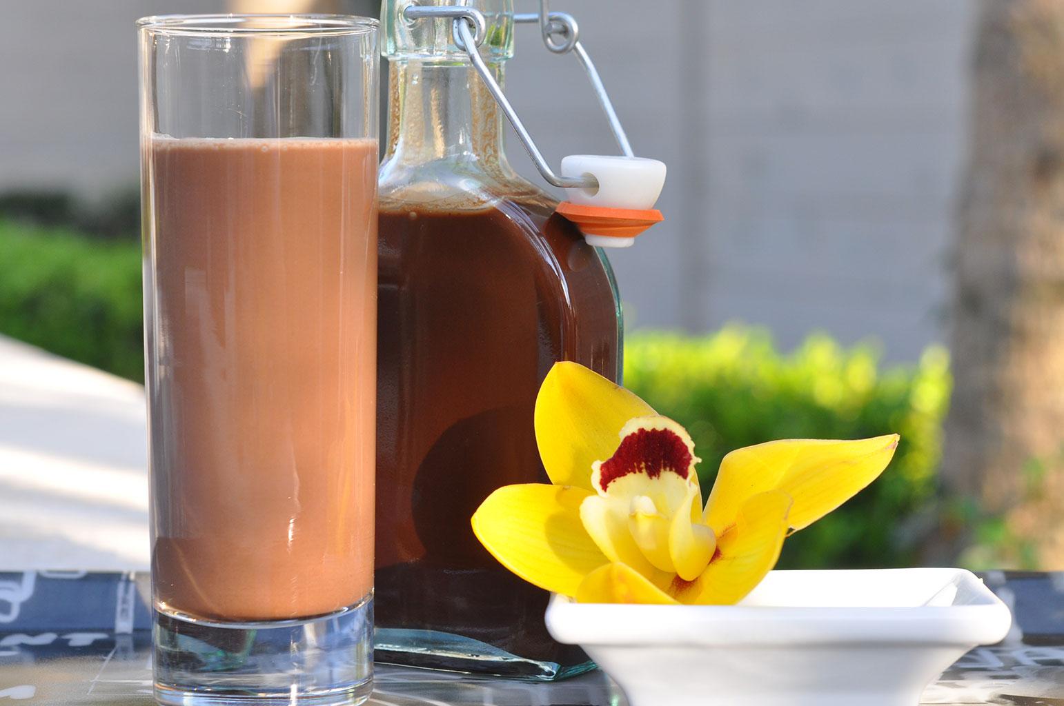 Алкогольный коктейль с шоколадным сиропом