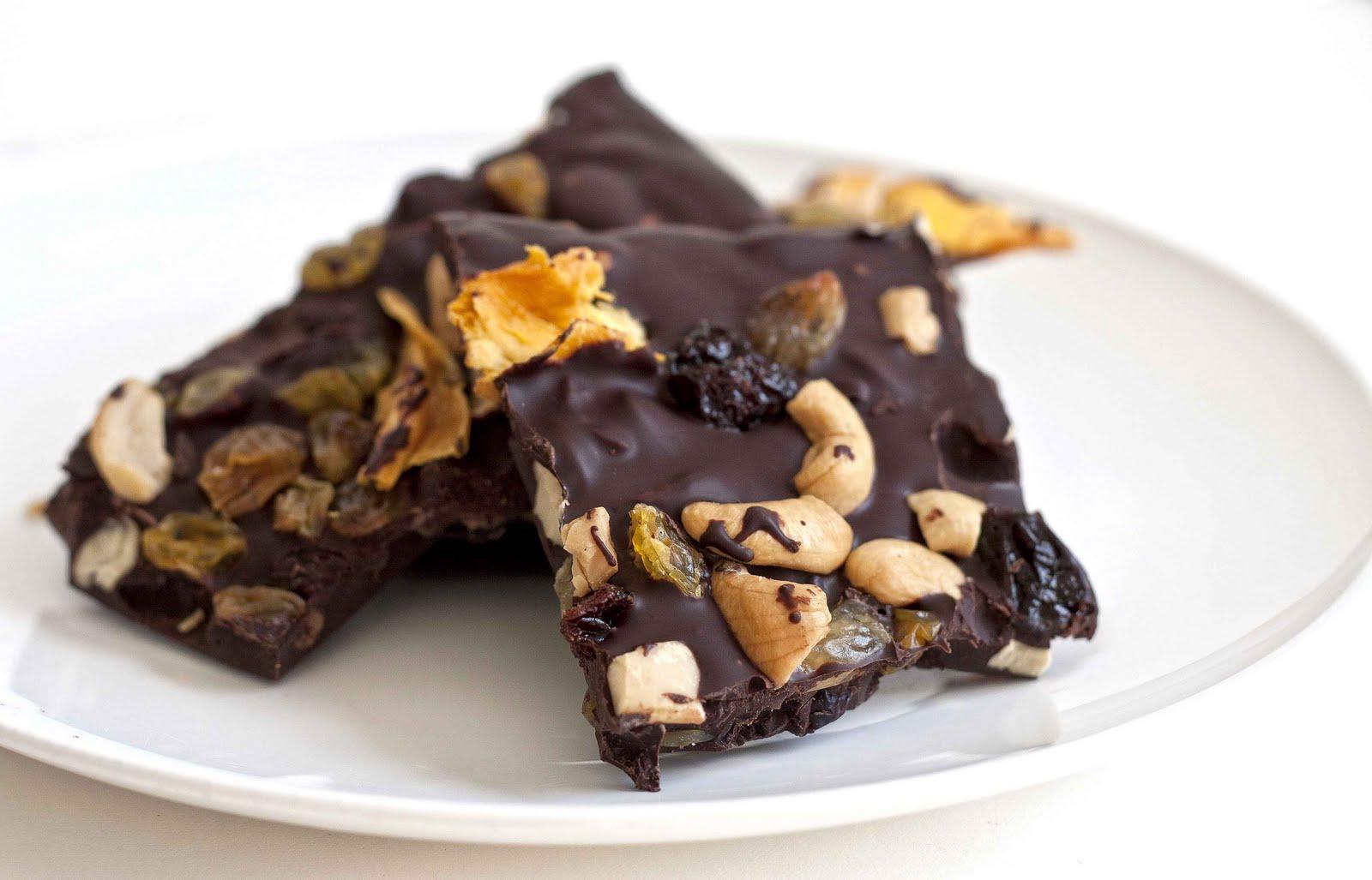 Кофейный шоколад с орешками и сухофруктами