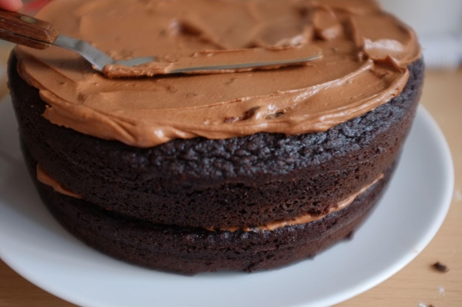 Выравнивание крема на торте лопаткой
