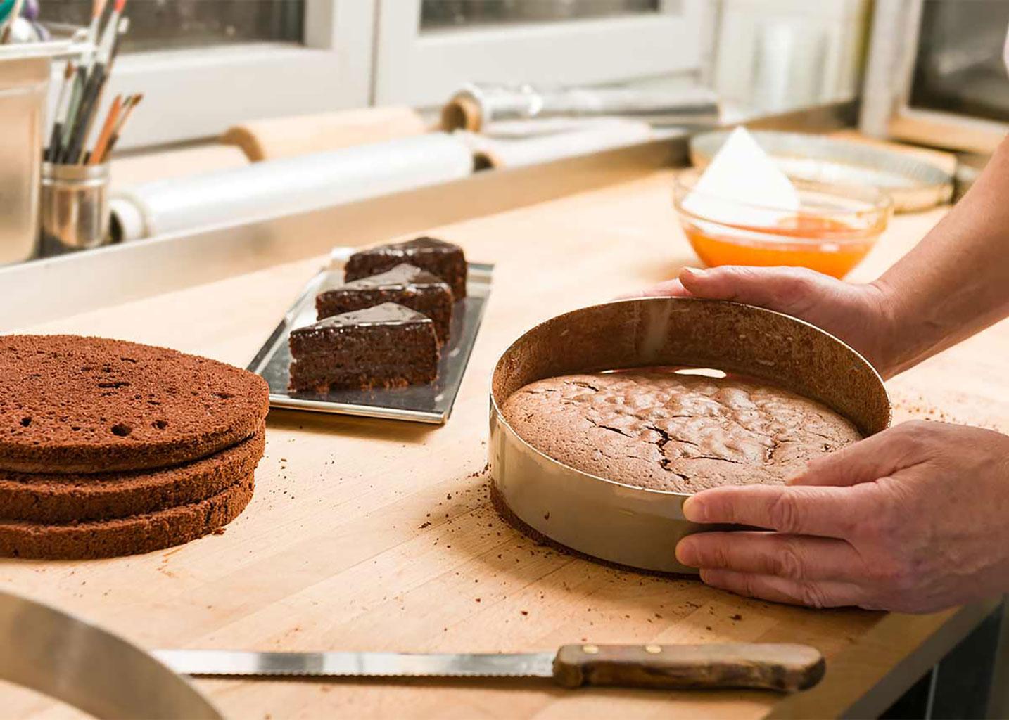 Достать шоколадный бисквит из формы