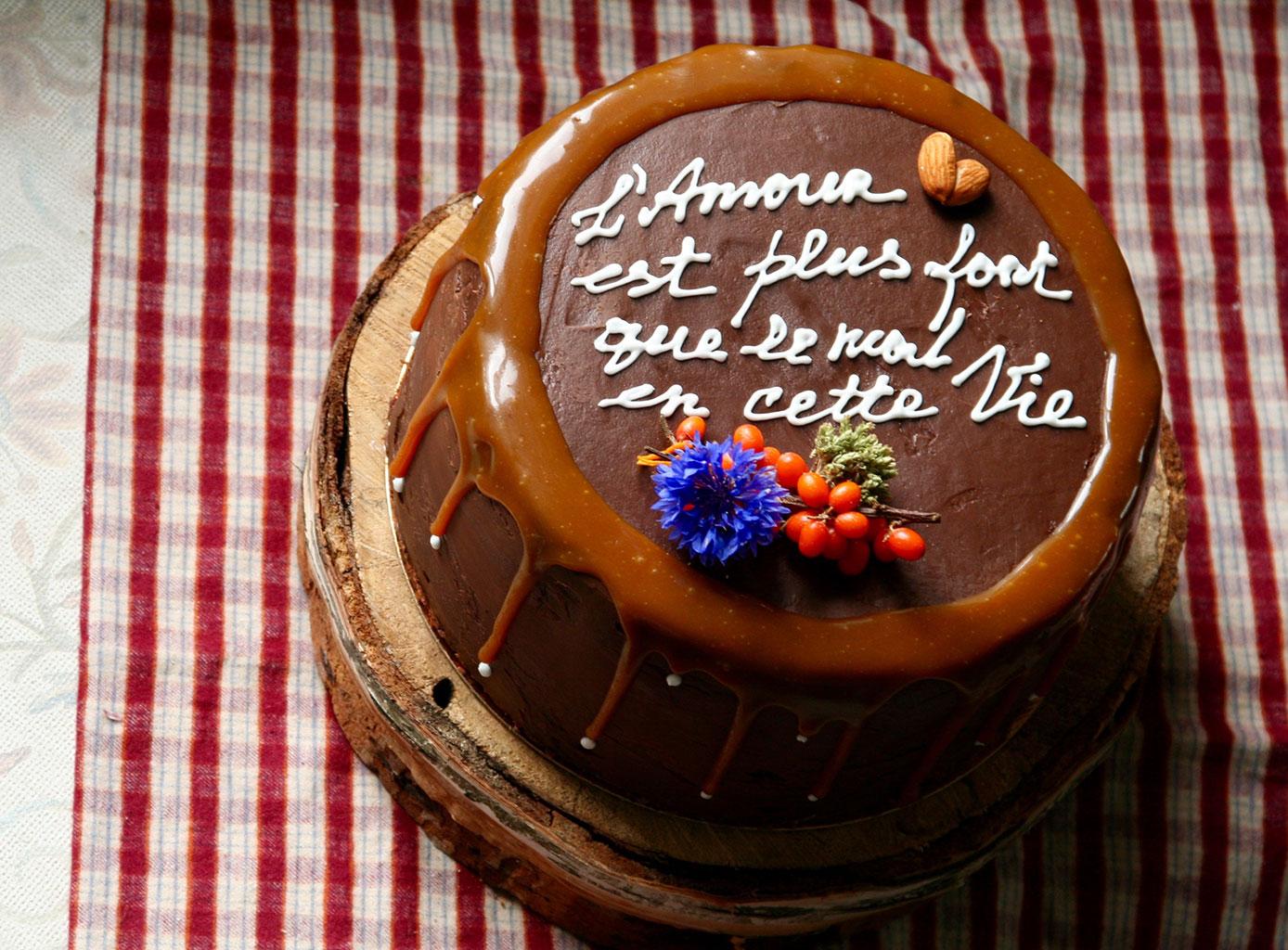 Выложить надпись на торт