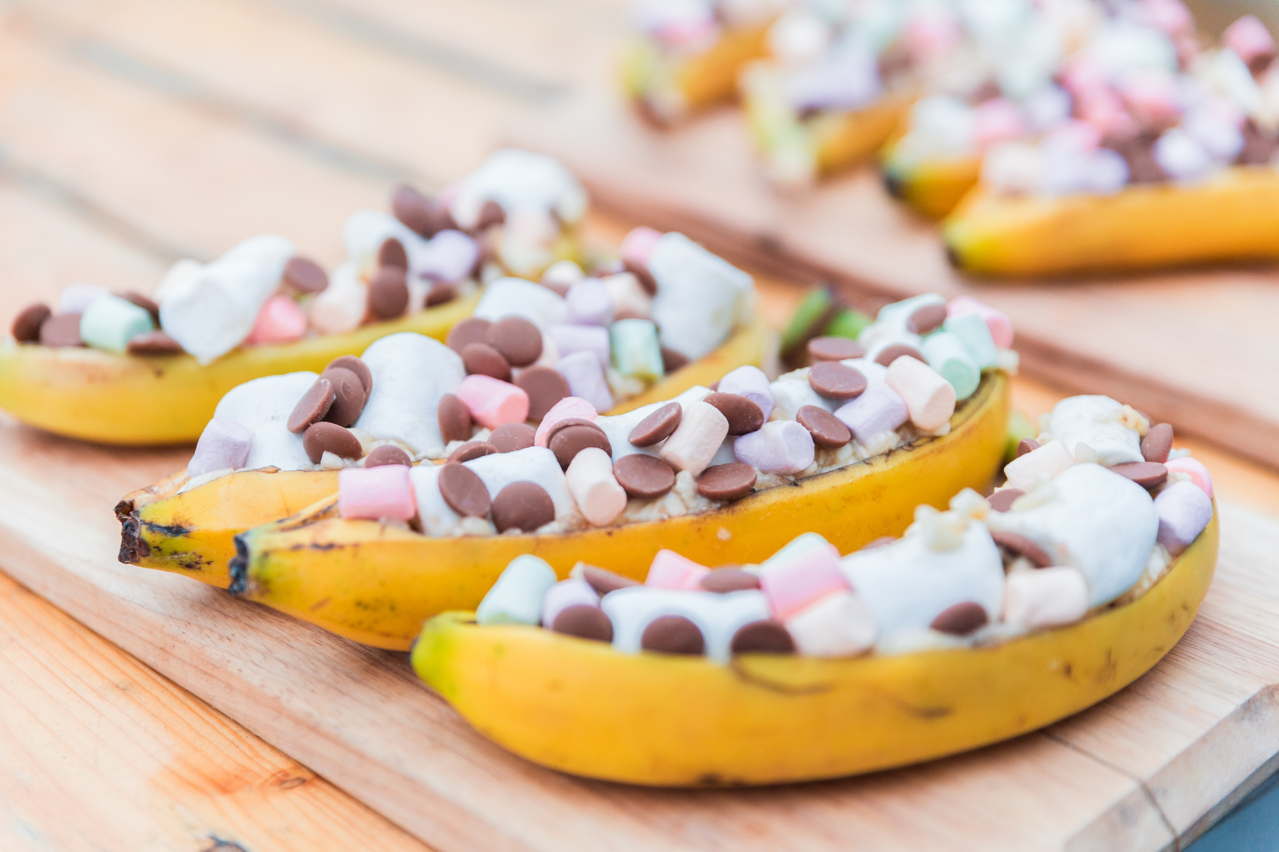 Банановая лодочка с шоколадом и зефиром