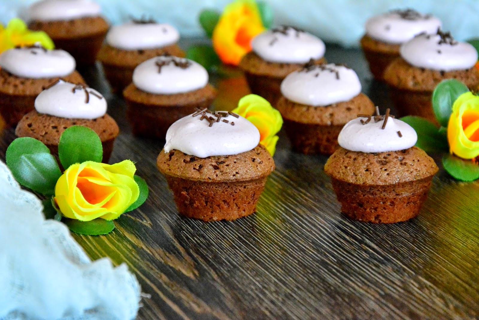 Шоколадно-творожный кекс с сахарной глазурью