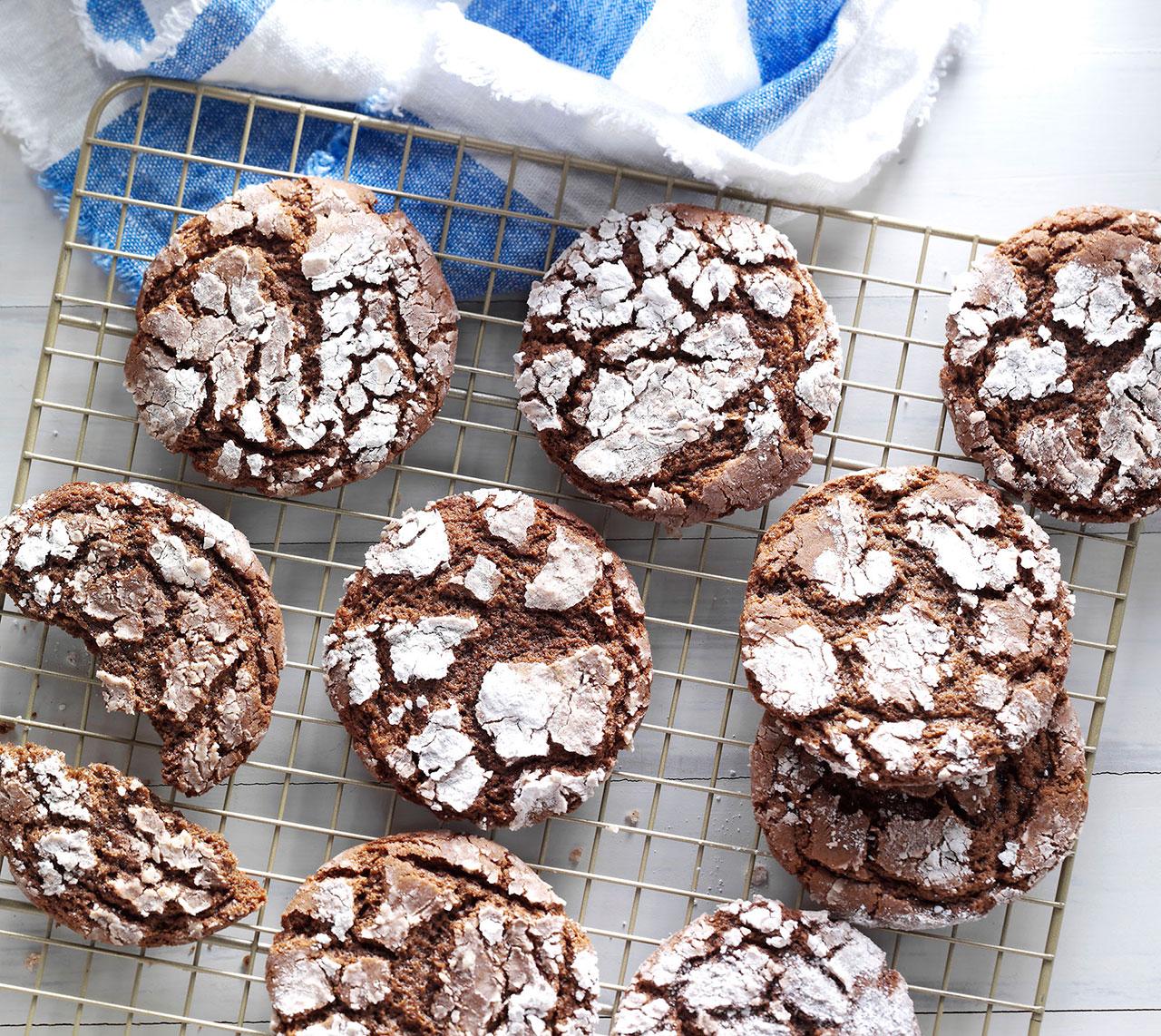 Шоколадное печенье с трещинками на решетке