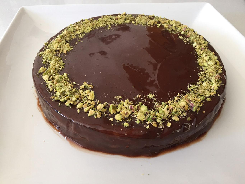Шоколадный торт с фисташками и сметаной