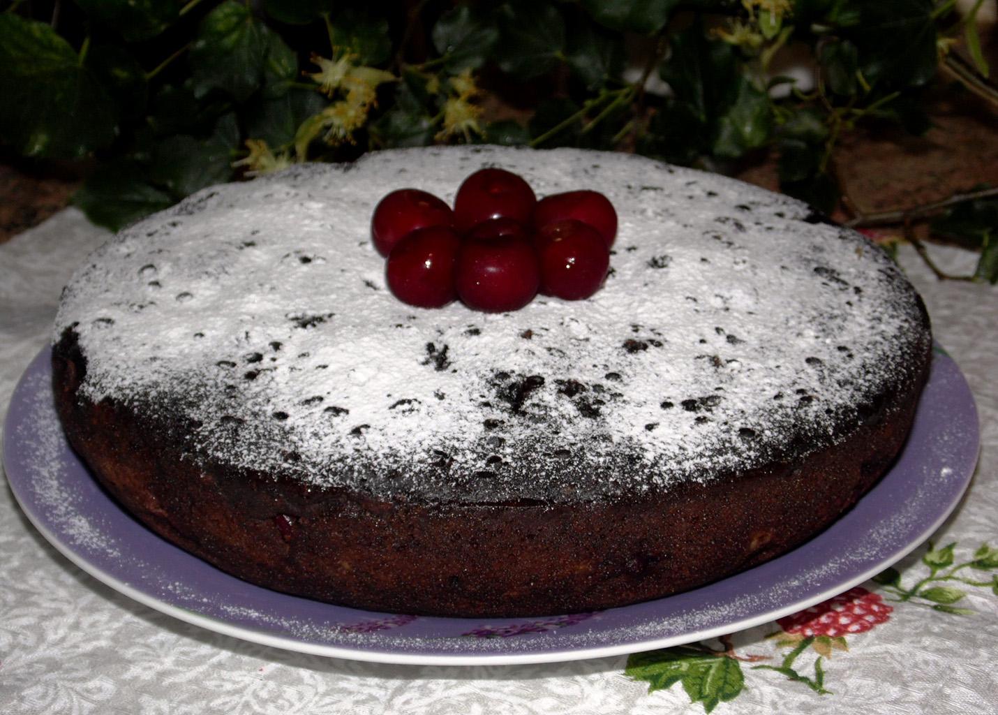 Шоколадный торт в мультиварке с вишней без яиц