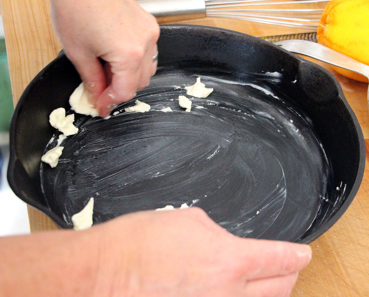 Смазать стенки формы сливочным маслом