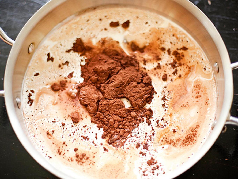 Смешать какао-порошок с молоком