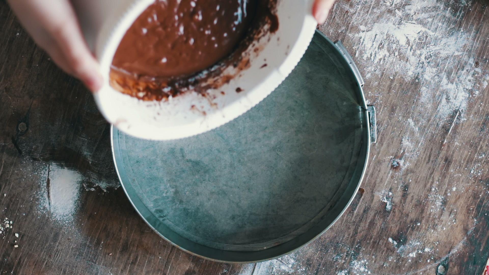 Вылить шоколадное тесто в форму