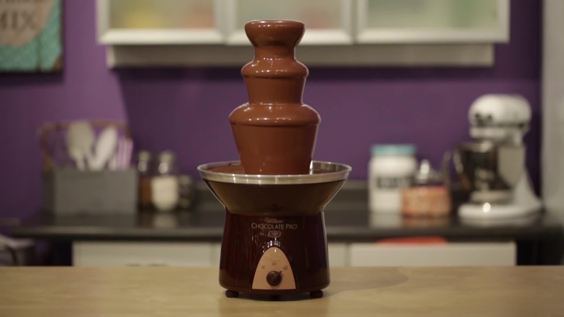 Заполнение чаши шоколадного фонтана