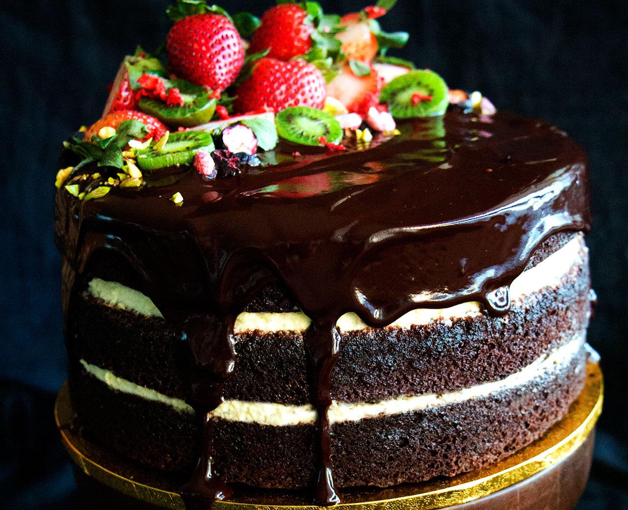 Торт с шоколадной глазурью и фруктами