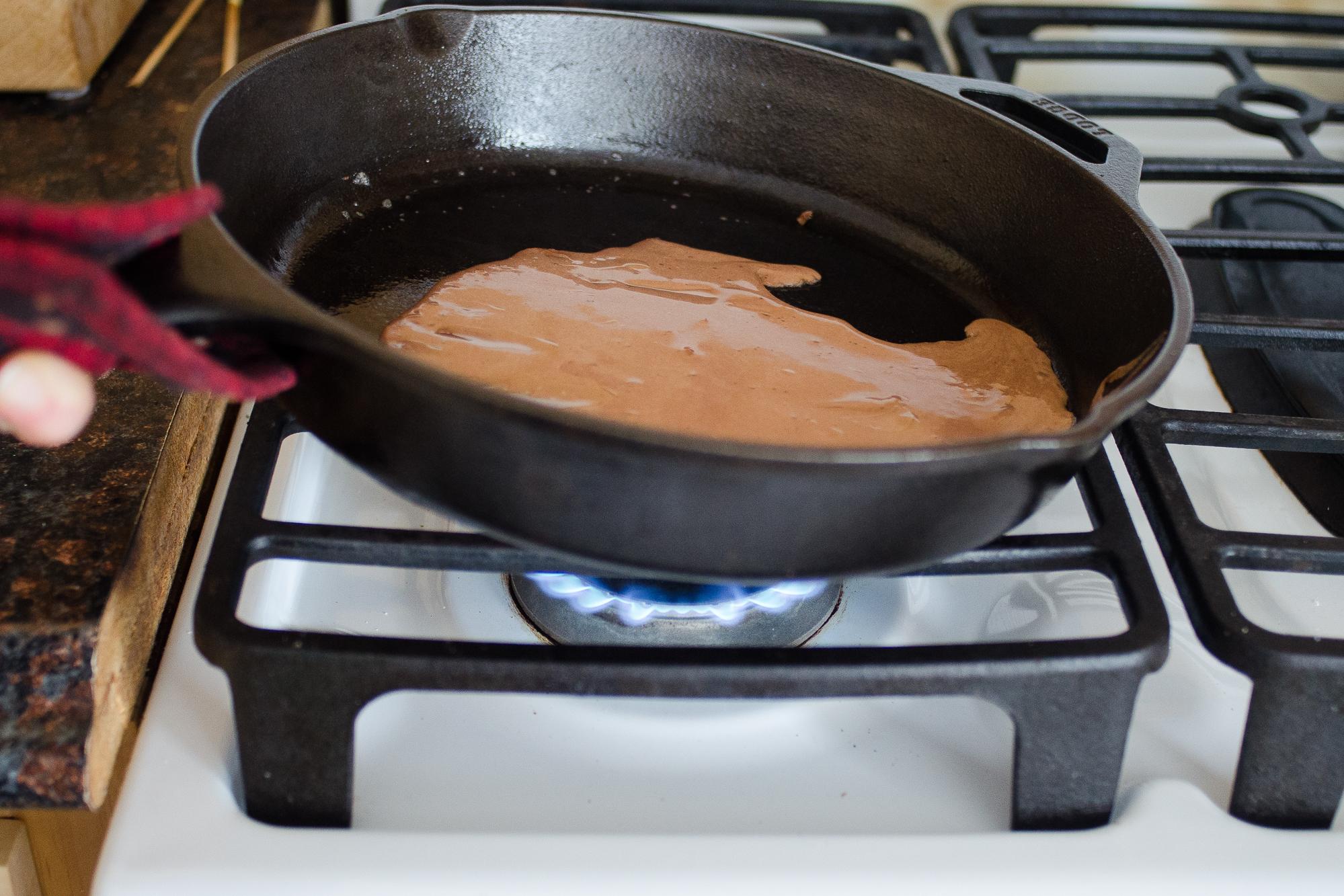 Жарить шоколадные блины