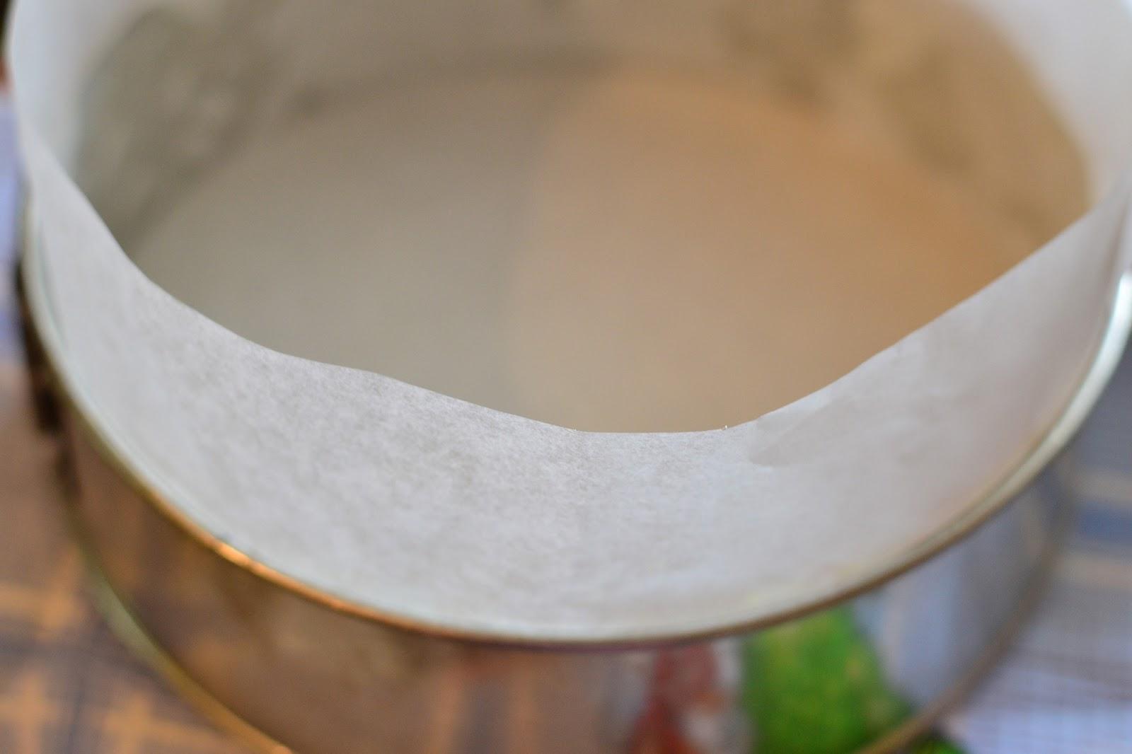 Форму для выпечки застелить пергаментом