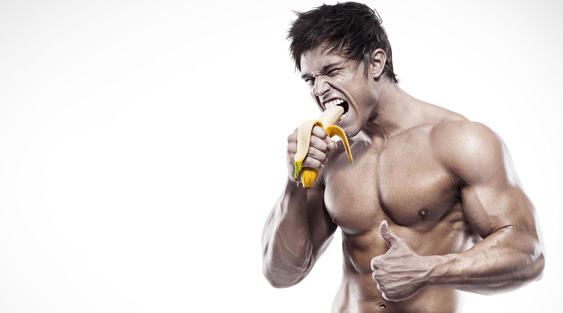 Атлет ест банан