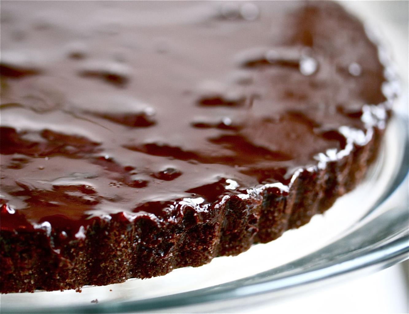 Пирог с творогом и вишней, политый темным шоколадом