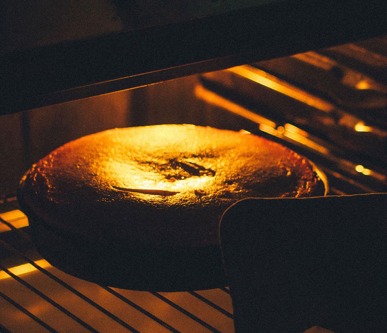 Печь шоколадный пирог в духовке