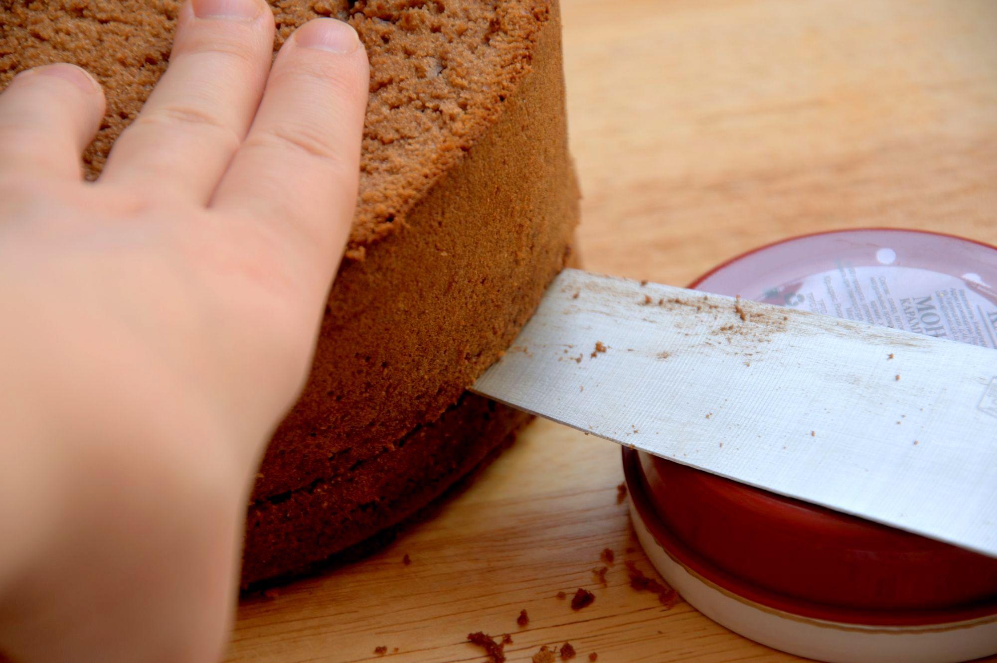 Разрезать шоколадный бисквит