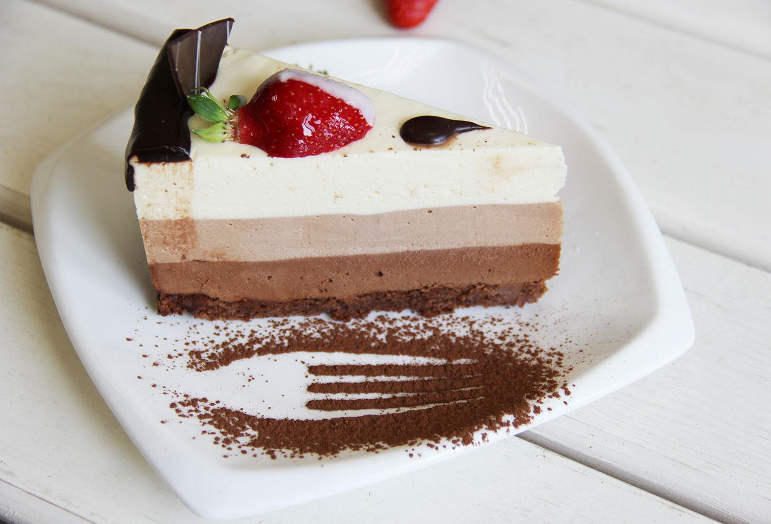 Торт «Три шоколада» с основанием из печенья
