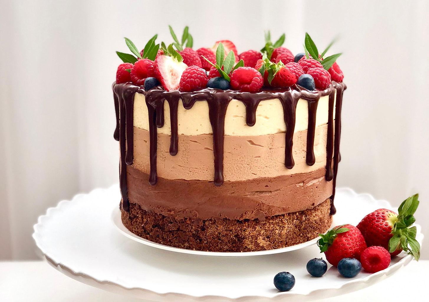 Украсить торт фруктами и ягодами