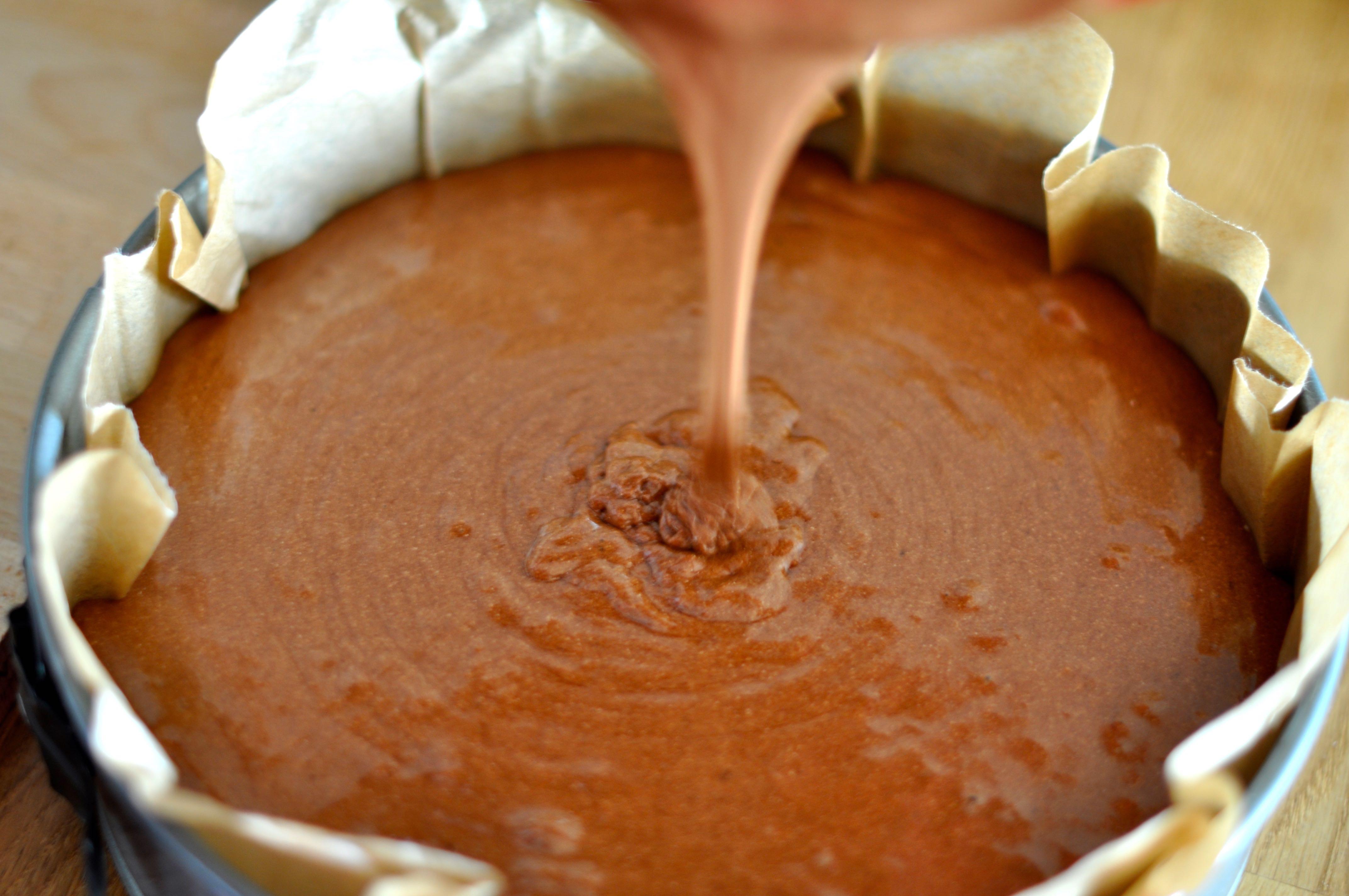 Вылить шоколадное тесто для торта в форме
