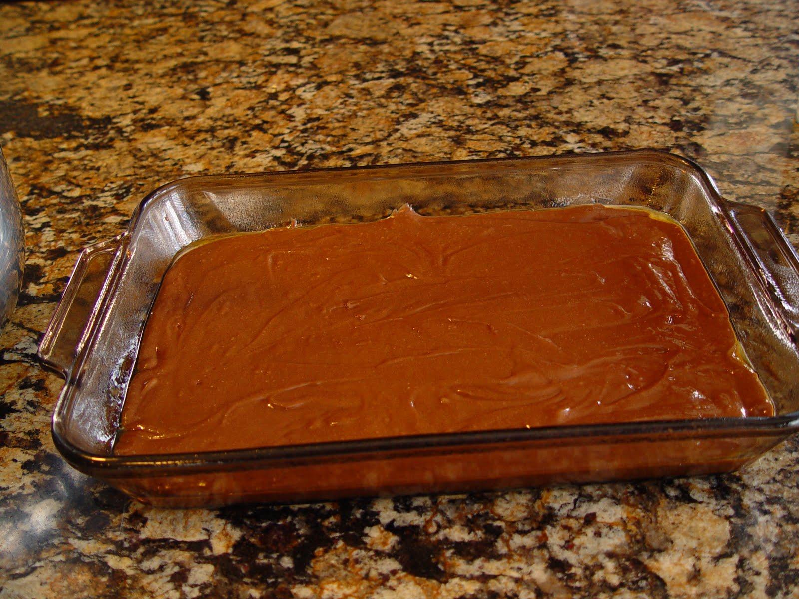 Выложить тесто для пирога в форму