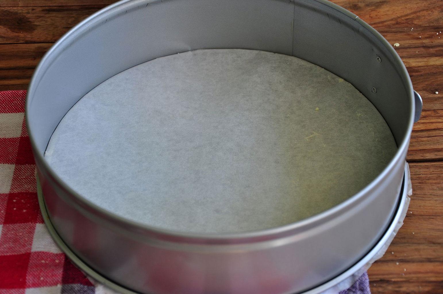 Застелить форму для пирога пергаментом