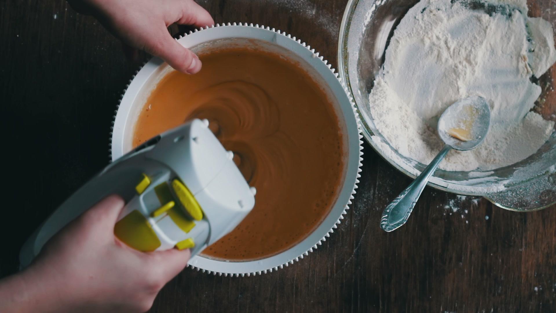 Смешать ингредиенты для пирога миксером