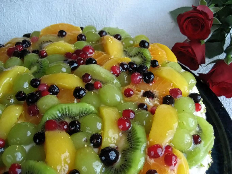 Шоколадный торт с орехами и фруктами в желатине