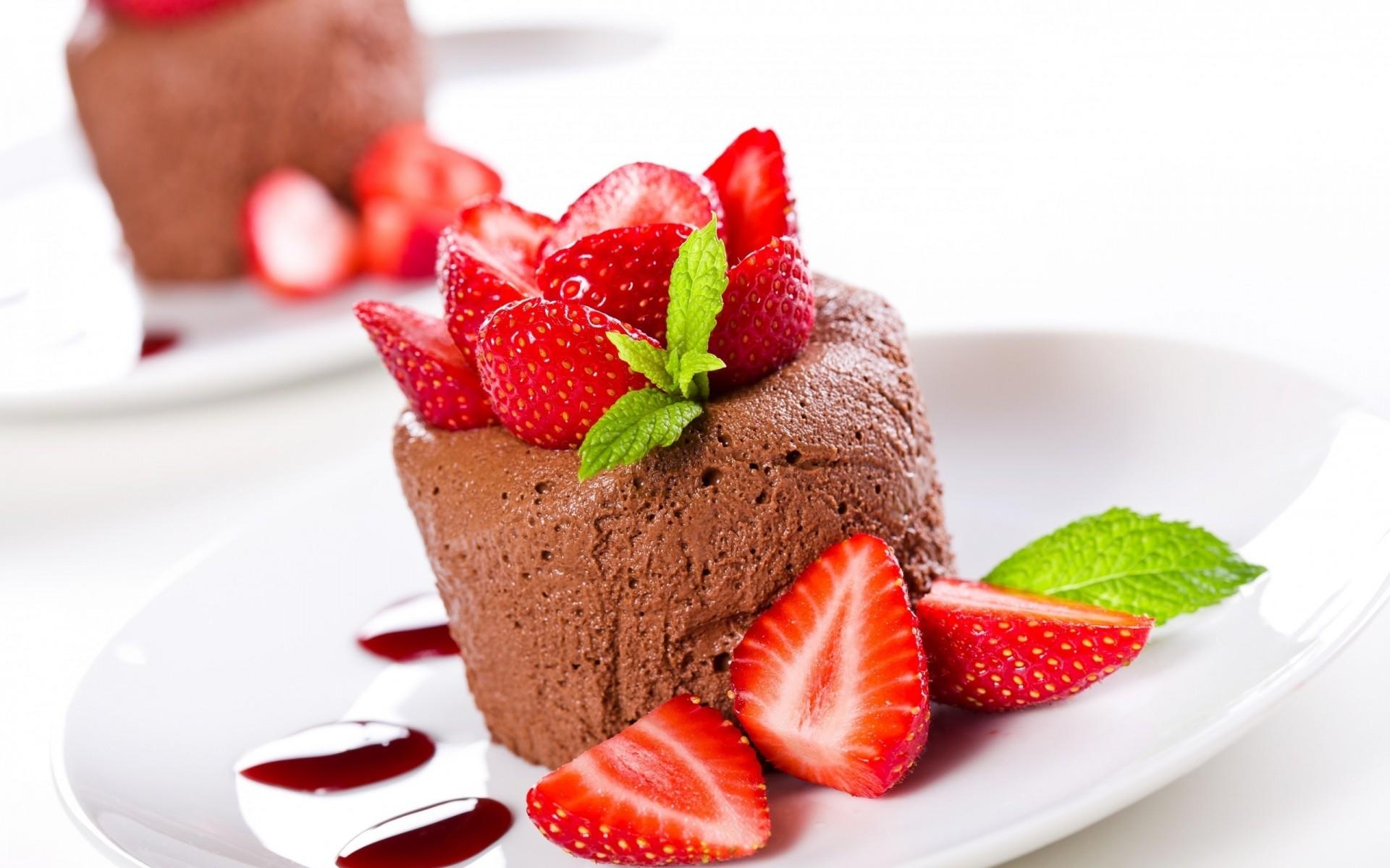 Шоколадный мусс, украшенный ягодами