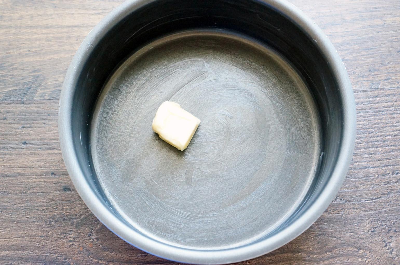 Смазать форму сливочным маслом