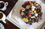 Торт, украшенный конфетами и шоколадками