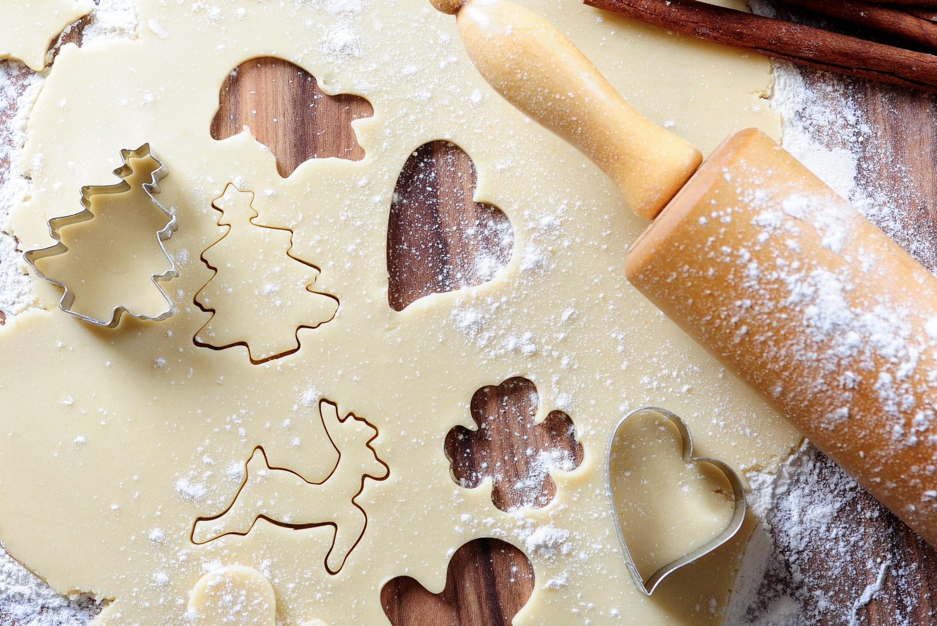 Раскатать тесто и вырезать пряники специальными формочками
