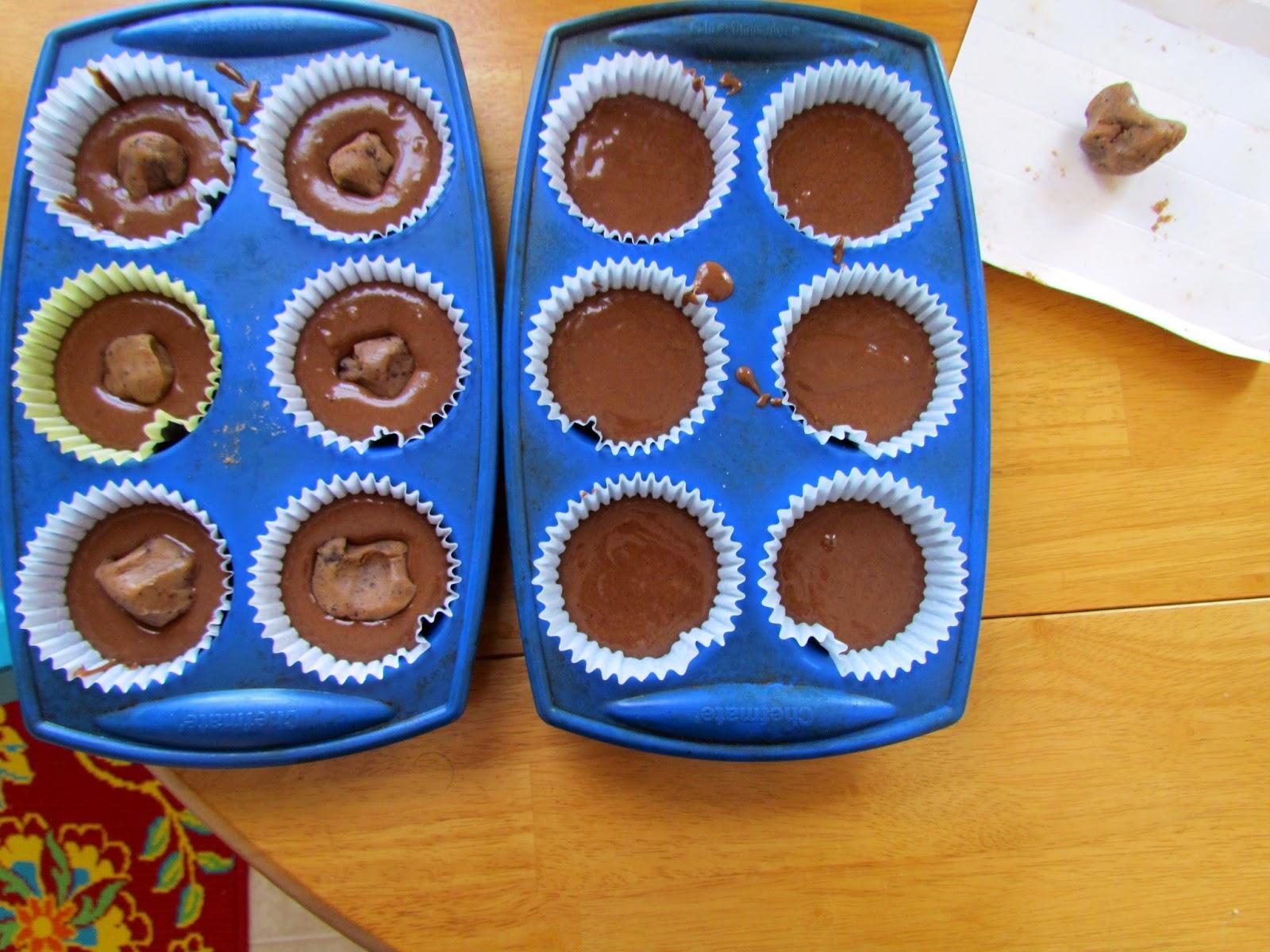 Шоколадное тесто в форме для кексов