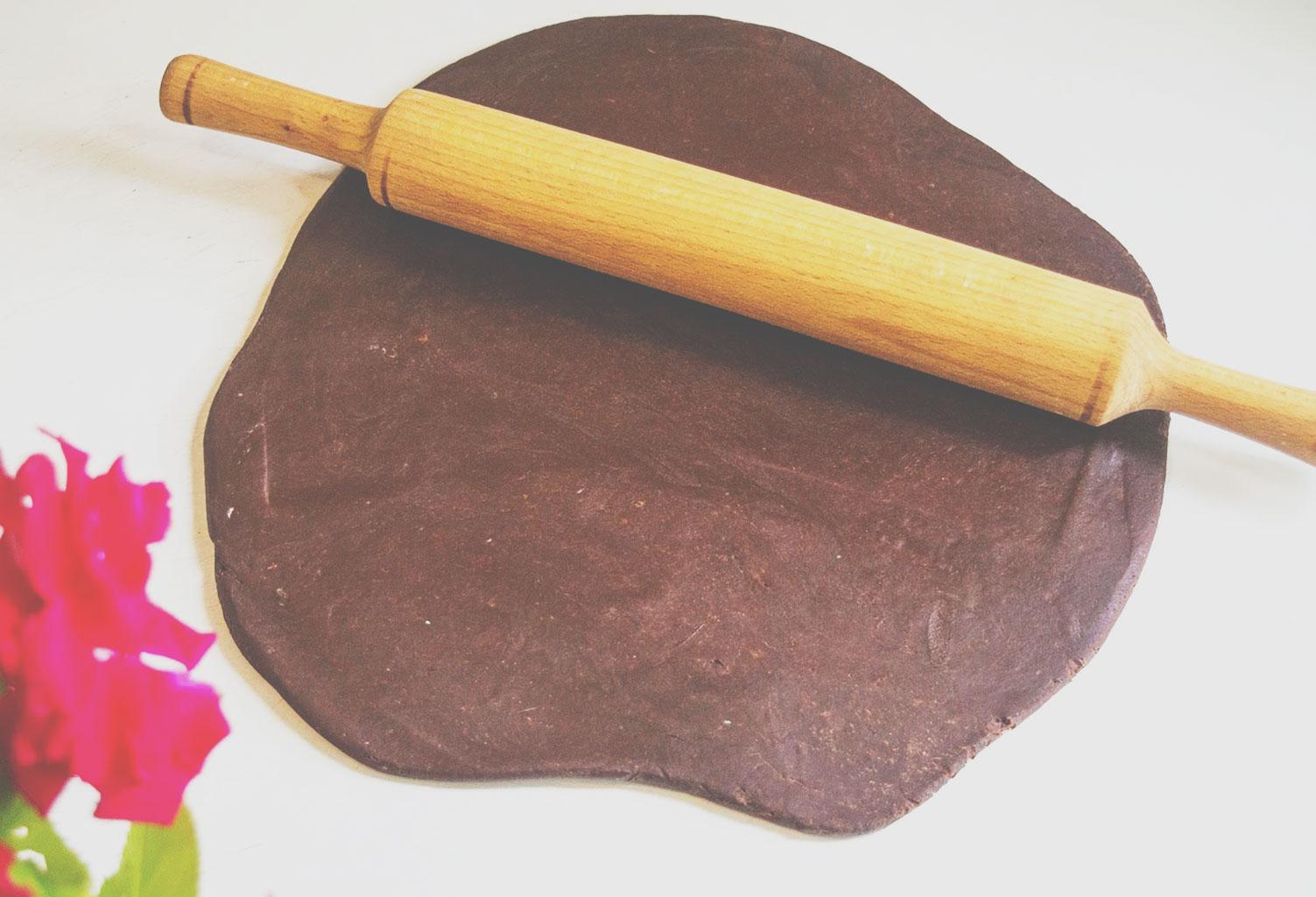Раскатанное шоколадное песочное тесто