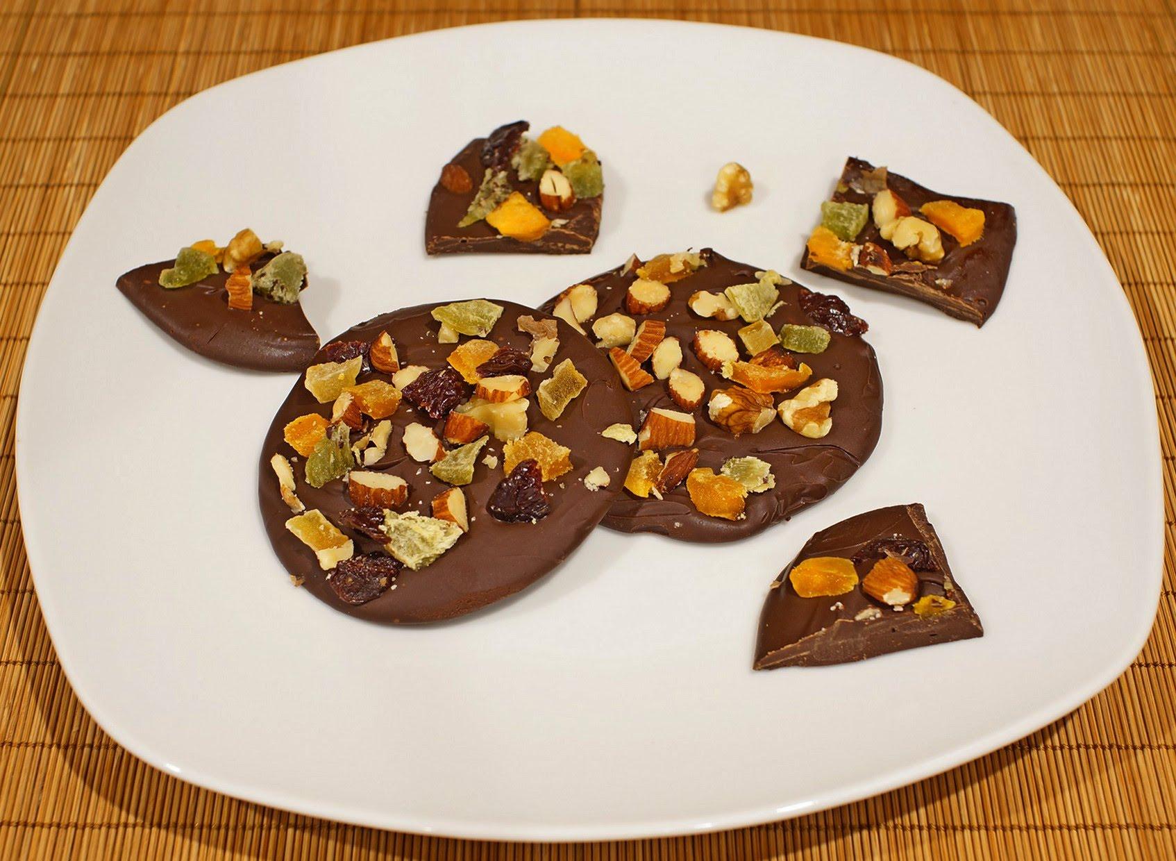 Домашний шоколад с орехами и сухофруктами