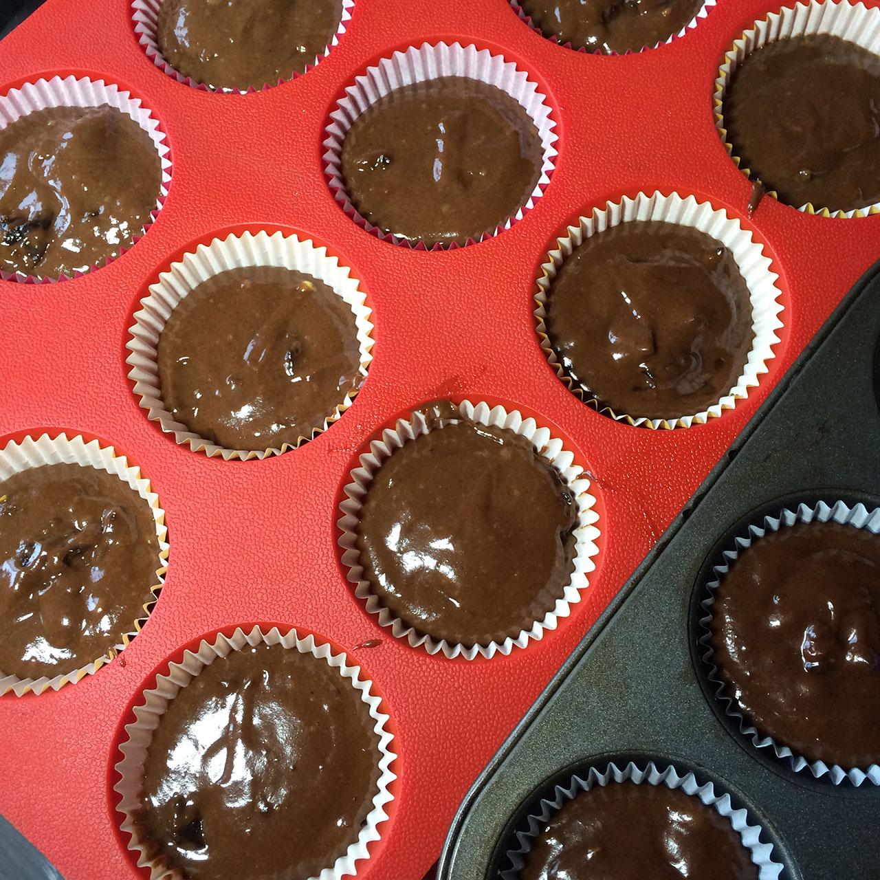 Бумажные формы, заполненные шоколадным тестом