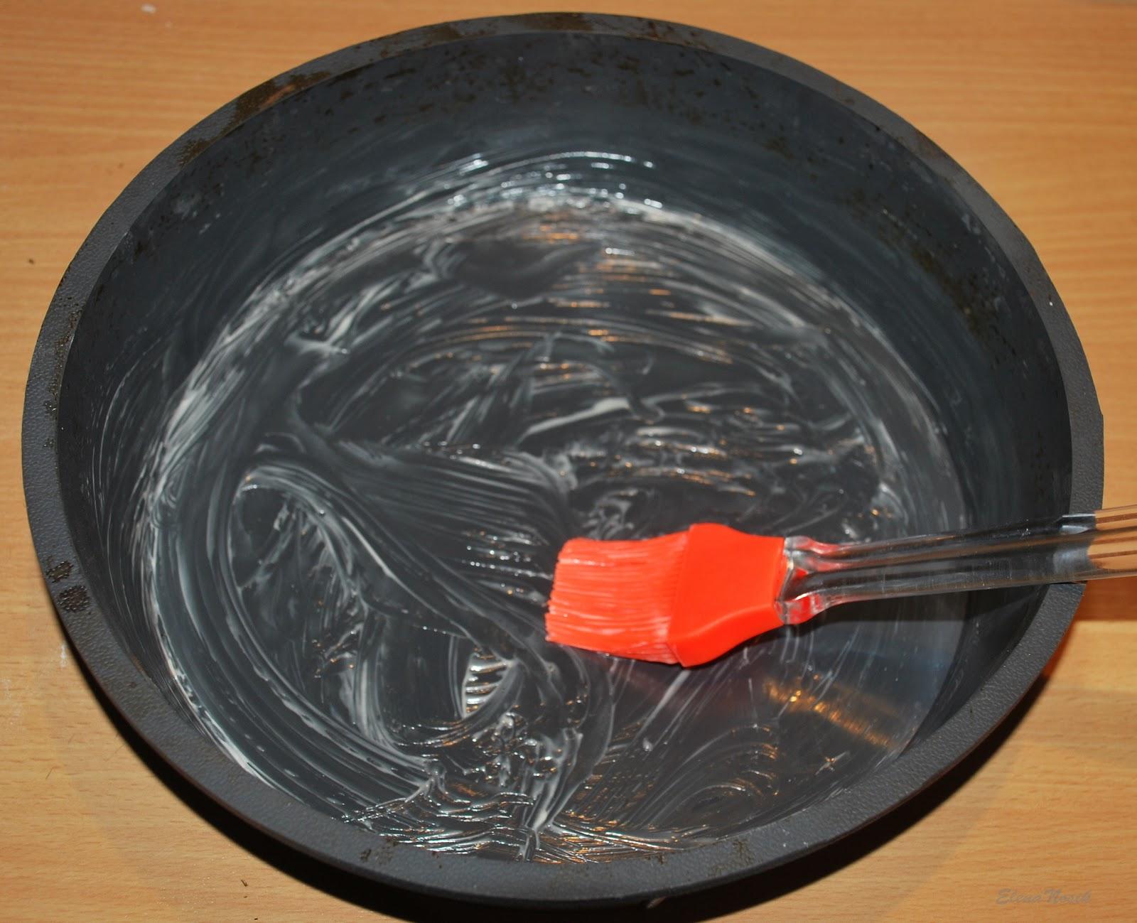 Смазать форму маслом