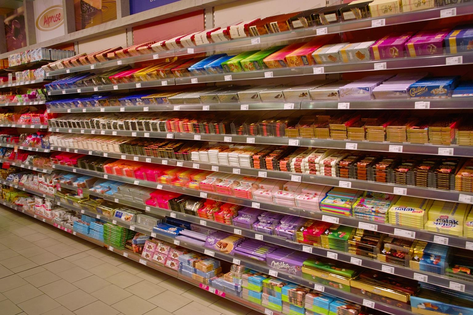 Шоколад на полках в магазине