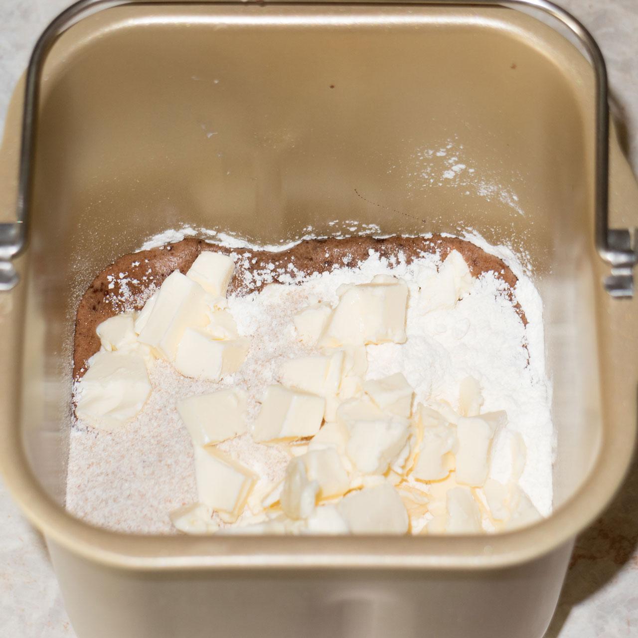 Ингредиенты для шоколадного кекса в чаше