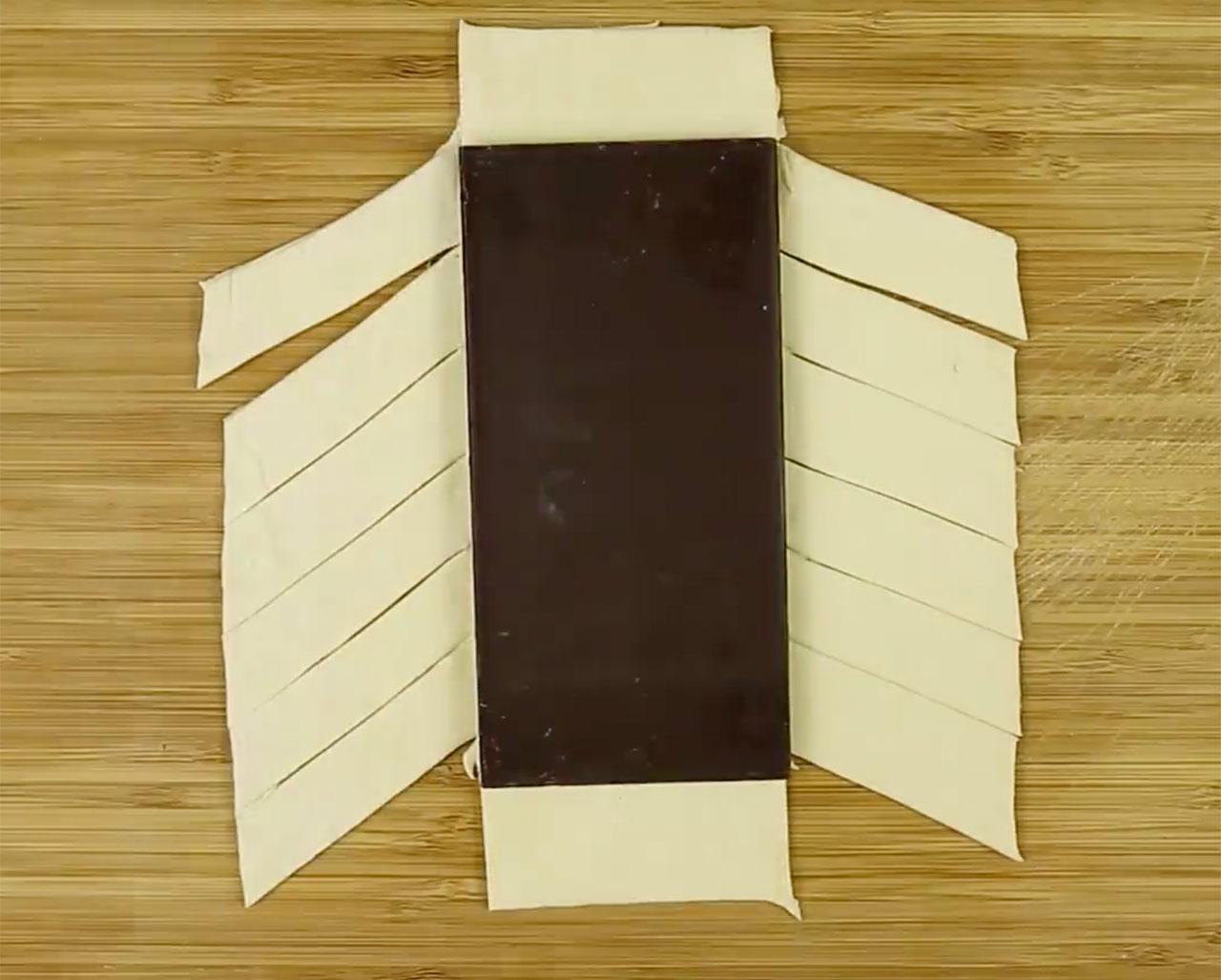 Лист слоеного теста и плитка шоколада