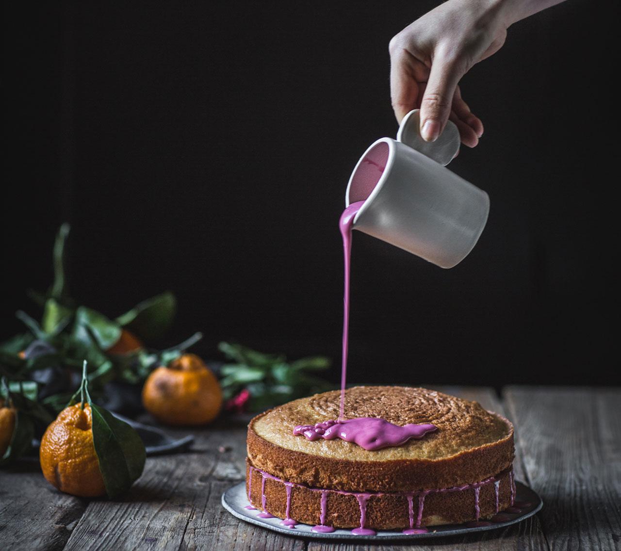 Нанесение цветной глазури на торт