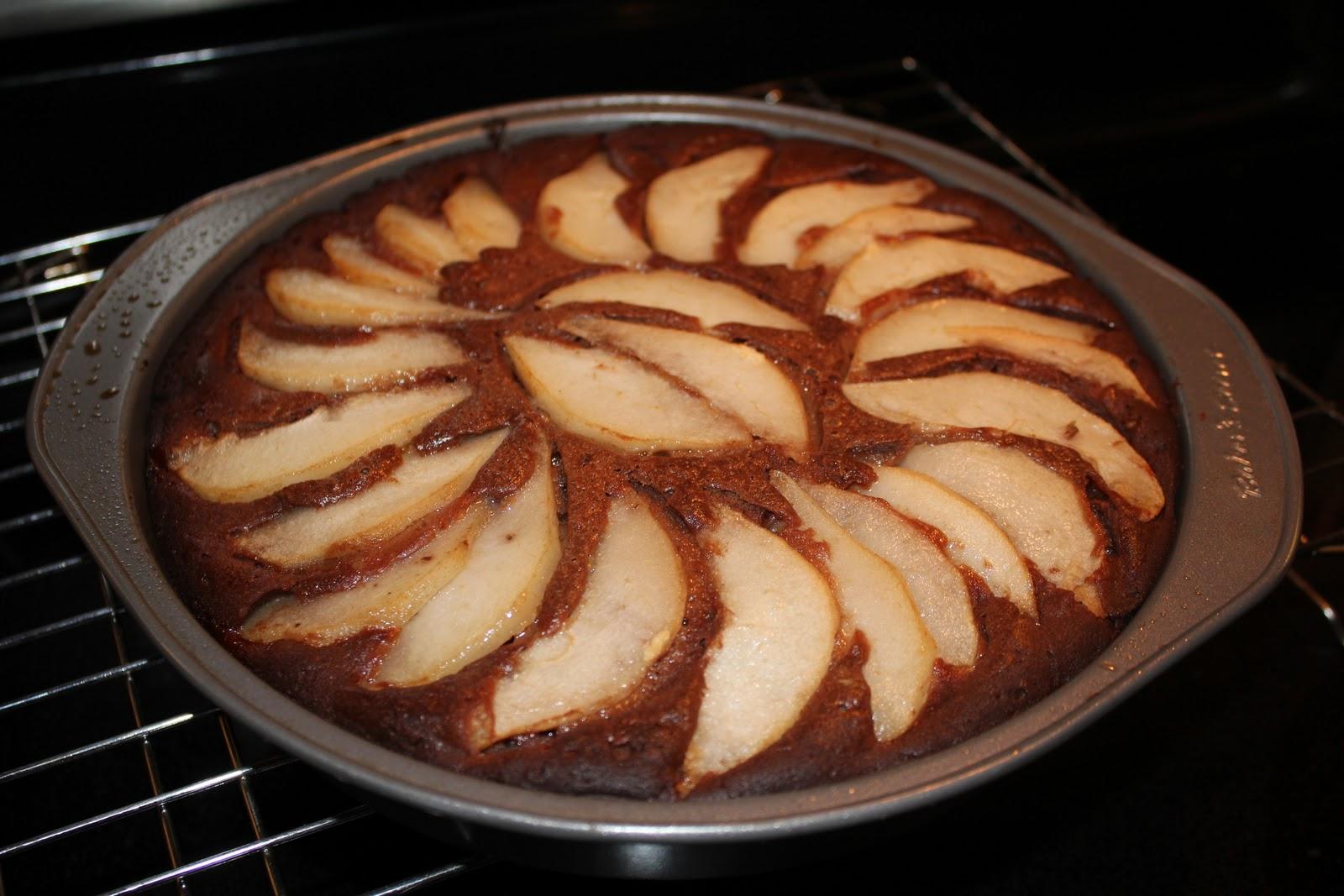 Печь шоколадный пирог с грушами в духовке